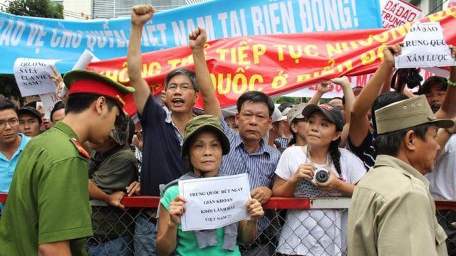 Nhà nghiên cứu lịch sử, giảng viên Đinh Kim Phúc (giữa, áo kẻ) trong một cuộc biểu tình phản đối Trung Quốc