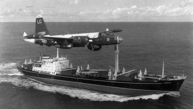 Un avión estadounidense sobrevuela un buque soviético durante la Crisis de los Misiles en 1962.