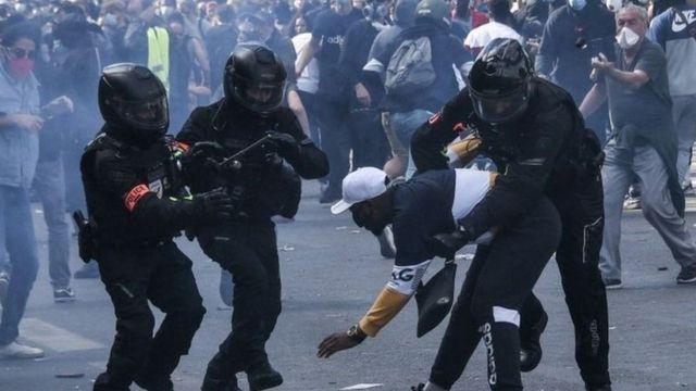 Haziran ayındaki ırkçılık karşıtı gösteriler sırasında da Paris polisi orantısız şiddet uygulamakla suçlanmıştı