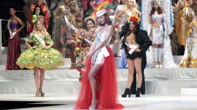 عدد من المشاركات في المسابقة تتقدمهن ملكة جمال بلاروسيا بالينا تساهلكا مرتدية زيا وطنيا