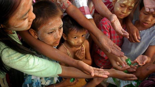 أطفال ينتظرون بعض الطعام