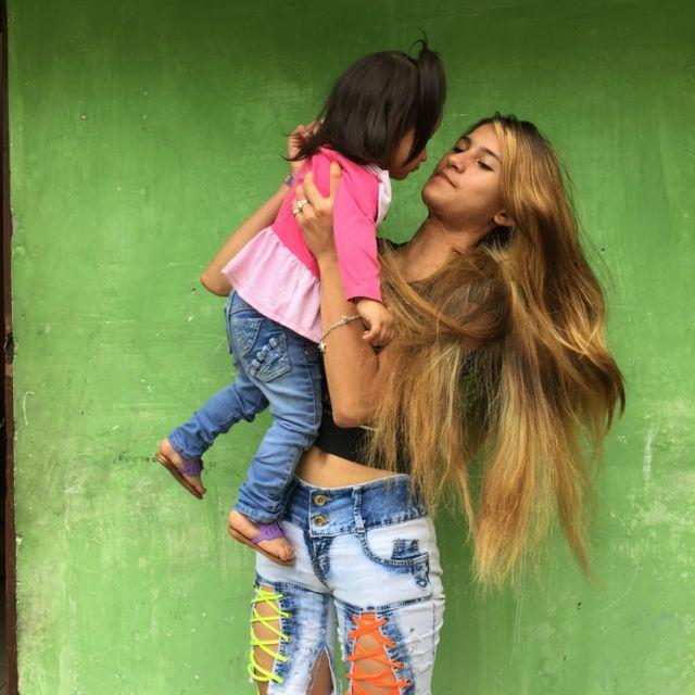 Madre adolescente de 16 años en Quito, Ecuador.