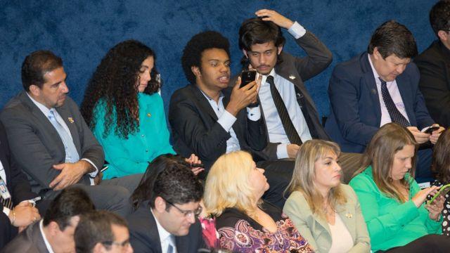 Fernando Holiday e Kim Kataguiri, do MBL, estão acompanhando o discurso de Dilma no Senado