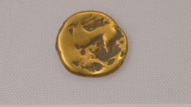 उक्त स्थलनजिकै एउटा खाल्डोमा इसापूर्व १००० तिरको एउटा सुनको सिक्का पनि भेटिएको छ