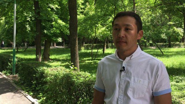 2010-2011-жылдары өткөөл мезгилдин президенти катары иштеген Роза Отунбаеванын маалымат катчысы Султан Каназаров.