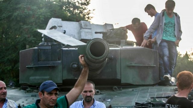 В ночь переворота на улицы Стамбула вышли тысячи противников военных