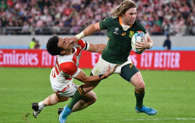 South Africa's scrum-half Faf de Klerk (R) scores a try during the Japan 2019 Rugby World Cup quarter-final match between Japan and South Africa at the Tokyo Stadium in Tokyo on October 20, 2019