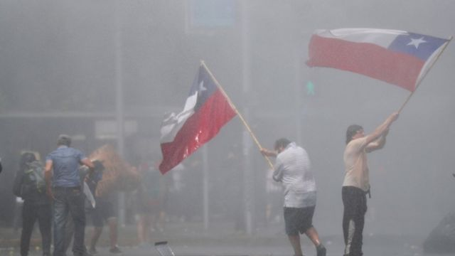 Manifestantes nas ruas de Santiago nesta quarta-feira