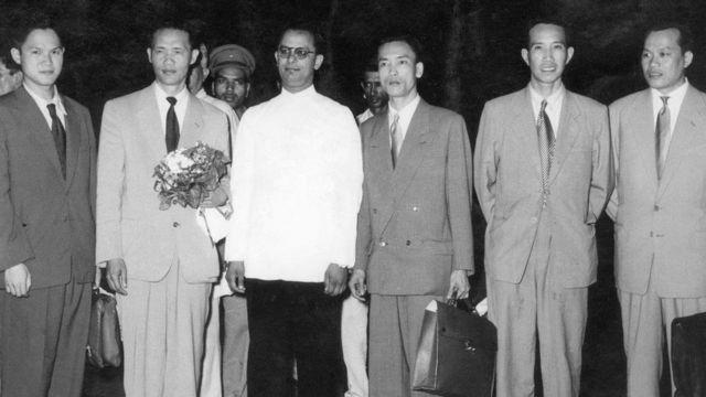 Ông Hoàng Văn Hoan (thứ nhì từ trái sang) lãnh đạo phái đoàn Việt Minh đứng cạnh Thứ trưởng Ấn Độ KG Mathur tại Dehli năm 1954