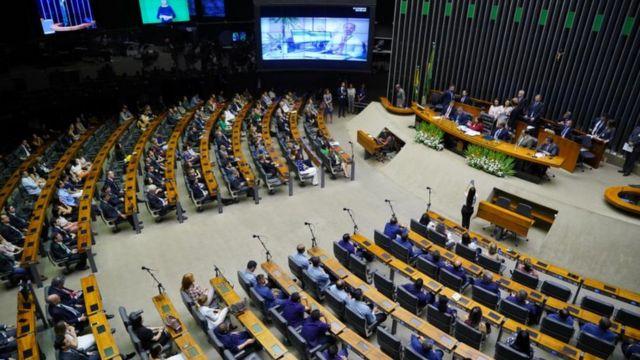 Foto ampla mostra plenário da Câmara dos Deputados