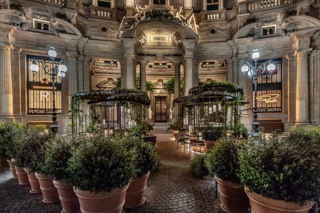 스타벅스 밀라노점은 밀라노의 역사적인 장소에 문을 열었다