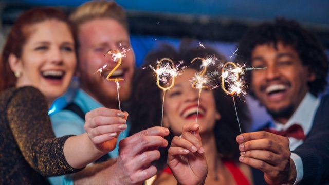 Amigos celebrando el el Año Nuevo.