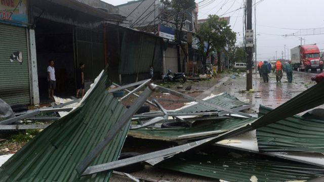 Mái nhà bị cuốn bay ở huyện Kỳ Anh, Hà Tĩnh. Cơn bão lớn nhất trong nhiều năm kéo theo mưa to gió lớn, và nhiều hộ dân phải sơ tán tránh bão.