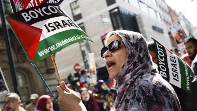Пропалестинский митинг - женщина с флагом