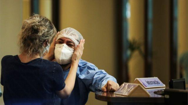 Funcionários de hospitais em Manaus estão trabalhando sem recursos para salvar vidas