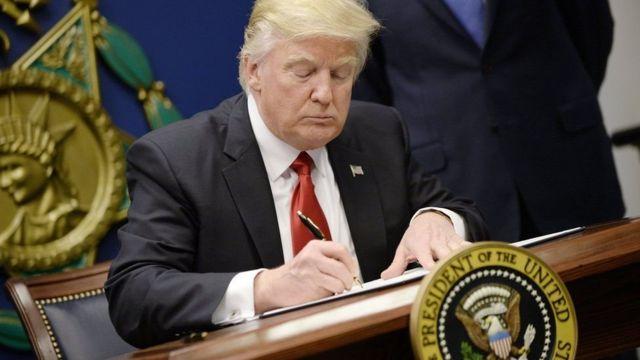 Trump ashira umukono ku mategeko bwirizwa