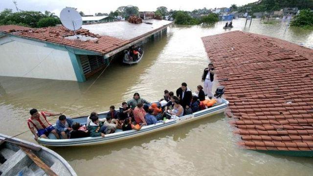 Personas rescatadas tras el paso del huracán Noel en Tabasco