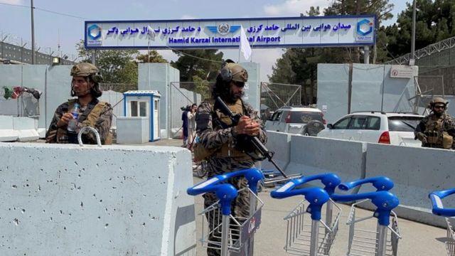 Forças do Taleban montam guarda na entrada do Aeroporto Internacional Hamid Karzai em Cabul, 31 de agosto de 2021