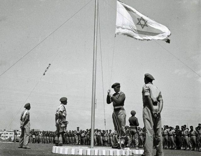 Izamiento de la bandera de Israel.