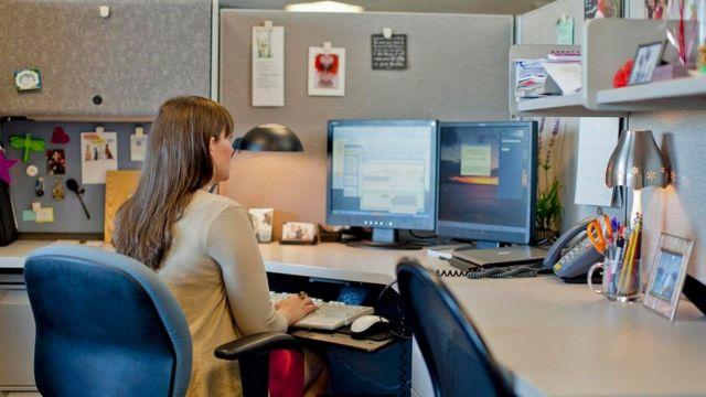 موظفة تعمل بمفردها في مكتب مغلق