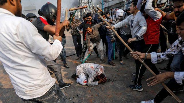 شہریت کے حامیوں کا ایک شہری پر تشدد