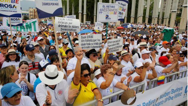 Miles de colombianos salieron este domingo a las calles de varias ciudades para expresar su apoyo a Uribe.