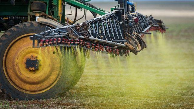 Fumigação de uma plantação de soja no Brasil