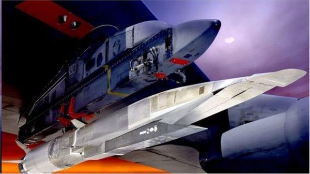 2010年美国的B-52轰炸机在高空投掷了被称为X-51A的超高音速飞行器,飞行器使用超燃冲压发动机达到超高音速