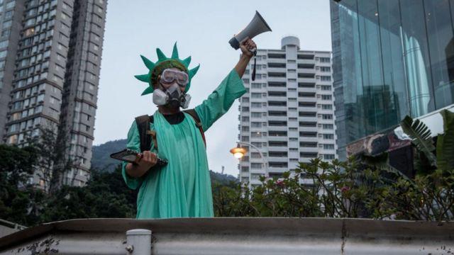 裝扮成自由女神像、敦促美國通過法案的香港示威者