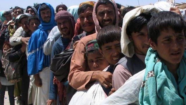 Afegãos tentando deixar Cabul