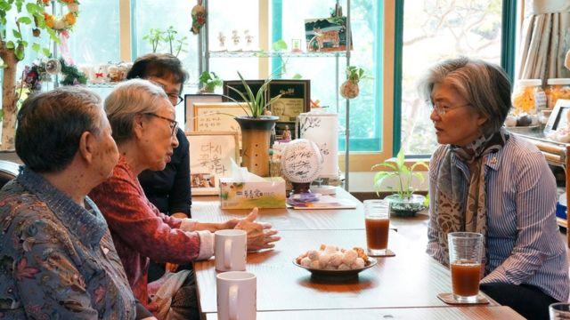 '평화의 우리집'과 나눔의 집'을 방문해 위안부 피해 할머니들을 만난 강경화 외교장관