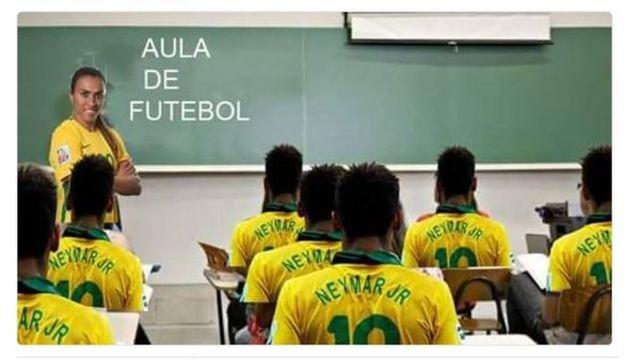 Un meme donde Marta le enseña fútbol a una clase repleta de Neymars.