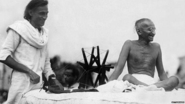 महात्मा गांधी इस तस्वीर में जेबी कृपलानी के साथ नज़र आ रहे हैं