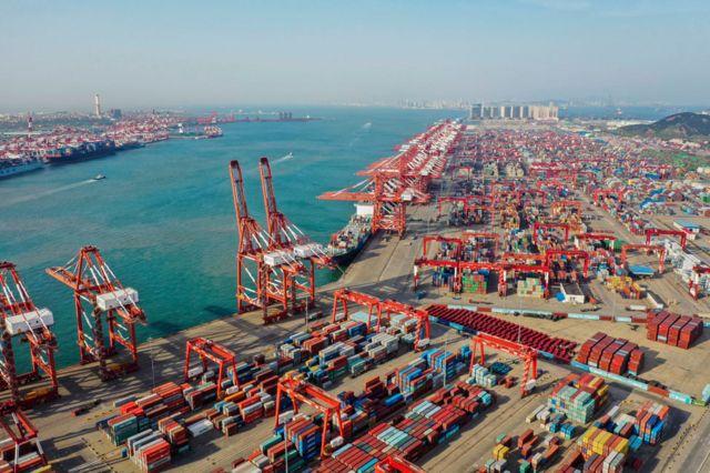 Visão aérea de contêineres no porto de Qingdao, em maio de 2019