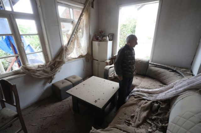 وألحق القصف أضرارا بمنازل في مرتوني