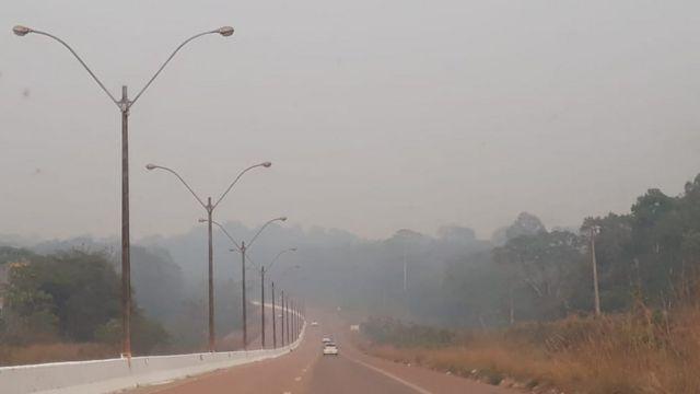 Fumaça encobre rodovia em Rondônia