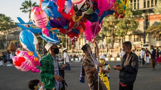 باعة البالونات الملونة في اندونيسيا
