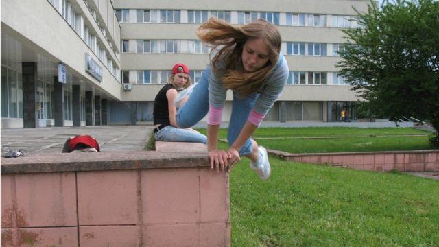 Анастасія стрибає з парапету