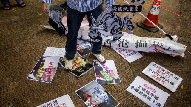 親北京示威者在美國駐香港總領事館後門踩踏特朗普照片抗議美國制裁香港官員(8/8/2020)