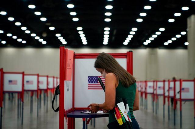 अमेरिकाको कन्टकीमा भएको प्राईमरी निर्वाचनमा मतदान गर्दै एक युवती