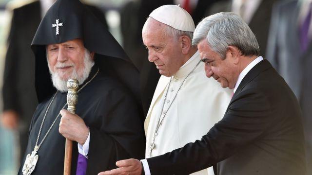 EL Papa Francisco junto al presidente armenio Serzh Sarkisian y el patriarca de la Iglesia Apostólica Armenia, Karekin II.