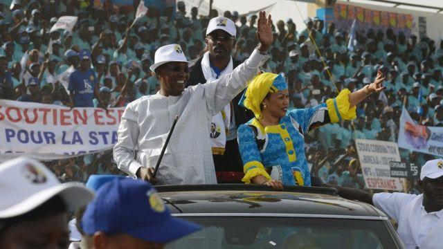 Perezida Idriss Deby asuhuza abamushyigikiye muri sitade i N'Djamena, ku ya 08/04
