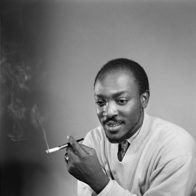 Roger DaSilva pose devant la caméra, une cigarette à la main.
