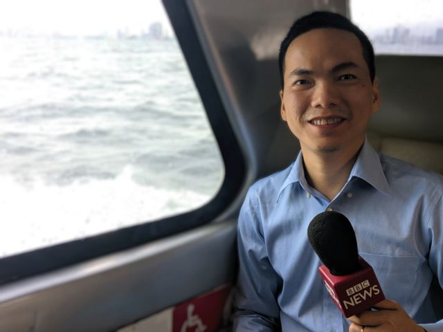 Phóng viên Ben Ngô trên đường từ tàu nhỏ ra hàng không mẫu hạm USS Ronald Reagan đang neo tại Philippines hôm 7/8/2019