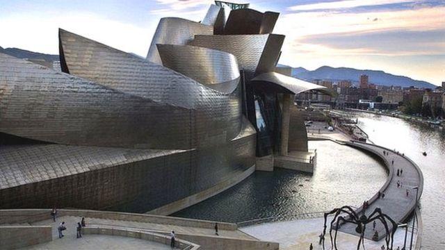 El museo Guggenheim de Bilbao fue parte de la estrategia para regenerar una ciudad en decadencia tras el declive industrial.