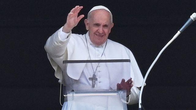 El Papa saluda a la muchedumbre desde la ventana de su despacho en el Vaticano , 4 de julio de 2021