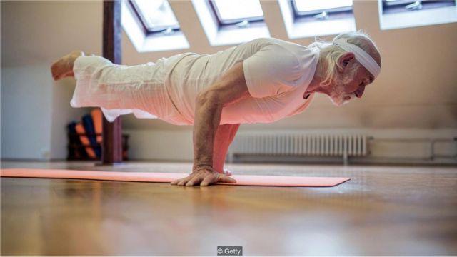 Idoso faz yoga