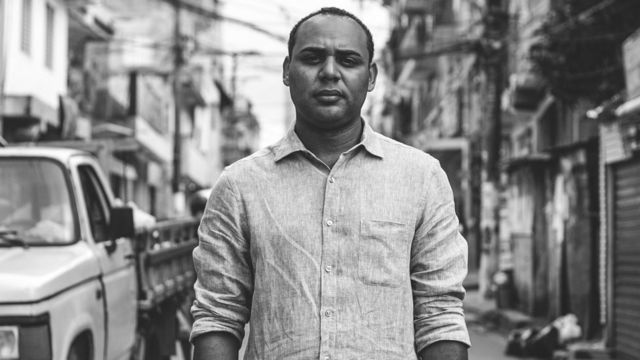 Gilson Rodrigues posa para foto em rua de Paraisópolis