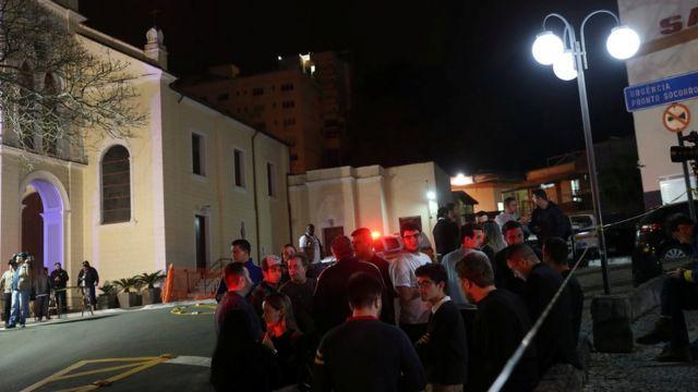 Apoiadores de Bolsonaro fazem vigília em frente ao Hospital Santa Casa de Misericórdia de Juiz de Fora
