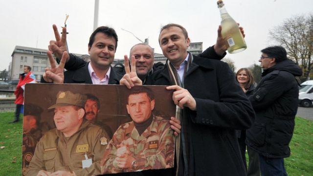 Люди с портретом Готовины и Маркача